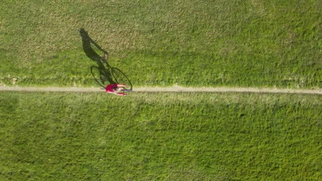 självständig kvinna cykling - single pampas grass bildbanksvideor och videomaterial från bakom kulisserna