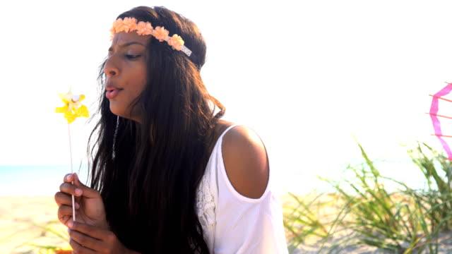 indian american girl wearing boho dress enjoying picnic - аксессуар для волос стоковые видео и кадры b-roll