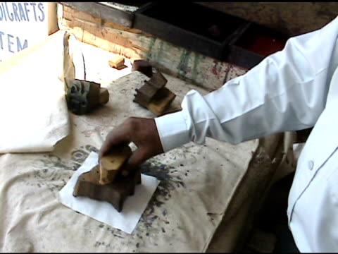 indian block-printing in tessuto 3 - a forma di blocco video stock e b–roll