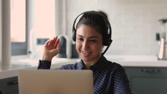 vidéos et rushes de casque d'affaires indien porte fait videocall parler avec le client à distance - opérateur téléphonique