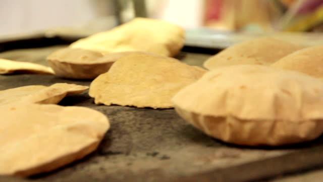 ホット プレートの上で焼いたインド chapatti - インド料理点の映像素材/bロール