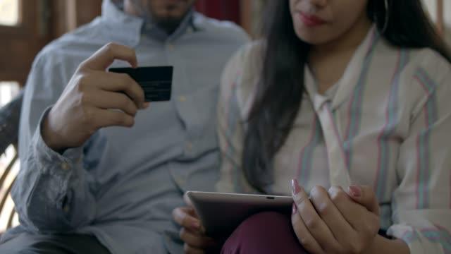 indyjska para wykorzystuje technologię do planowania skończonego w domu - credit card filmów i materiałów b-roll