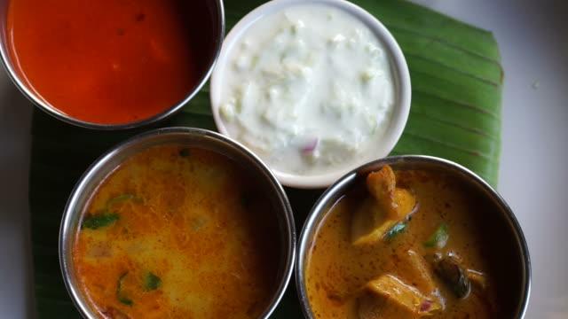 Currys indios de Color diferente y Nan pan sirven en el restaurante - vídeo