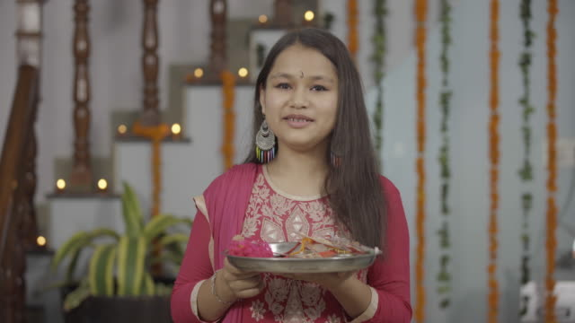 indyjska sukienka podczas raksha bandhan, - hinduizm filmów i materiałów b-roll