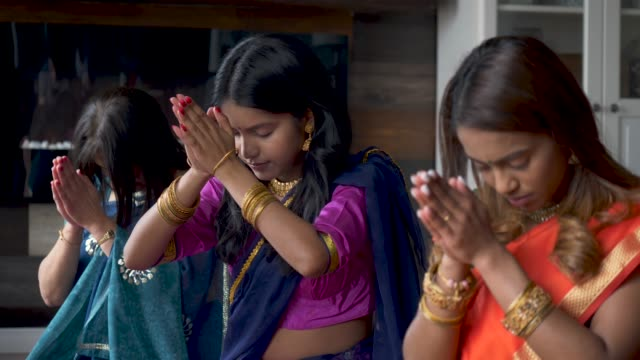 indian family praying together - costume tradizionale video stock e b–roll