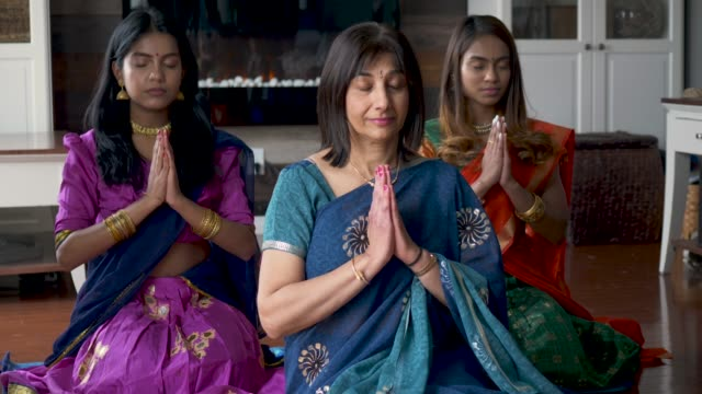 indian family praying together - sari filmów i materiałów b-roll