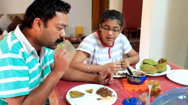Indiano pai e a filha tomando café da manhã juntos - vídeo