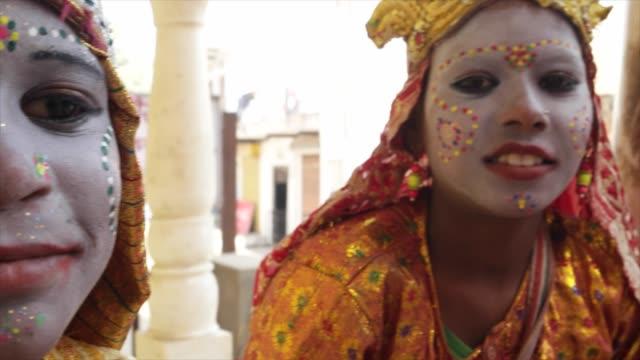 インドの女神の笑顔し、手持ちのカメラを見て - 舞台化粧点の映像素材/bロール