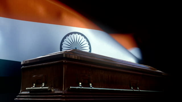 vidéos et rushes de indicateur indien derrière le cercueil - démocratie