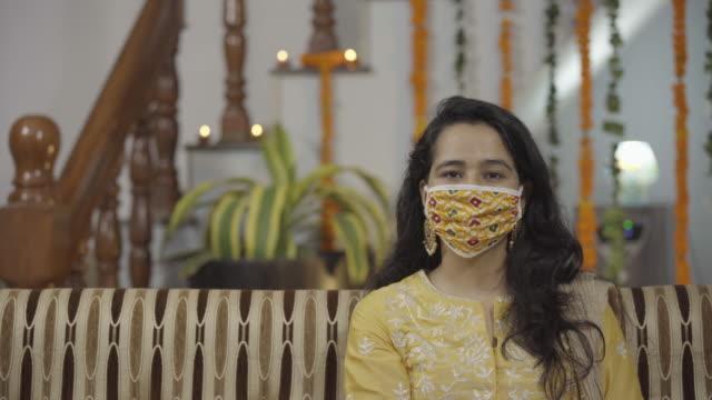 indische mädchen in indischen ethnischen kleidung tragen coronavirus schutzmaske - patientin stock-videos und b-roll-filmmaterial