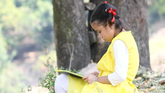 vidéos et rushes de fille indienne écrire sur l'ardoise - ardoise
