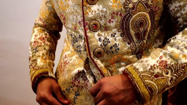 vídeos de stock, filmes e b-roll de noivo indiano se preparando para o casamento - moda de casamento