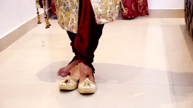 Noivo indiano se preparando para o casamento - vídeo