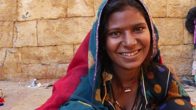 indian gypsy girl, jaisalmer, india - costume tradizionale video stock e b–roll