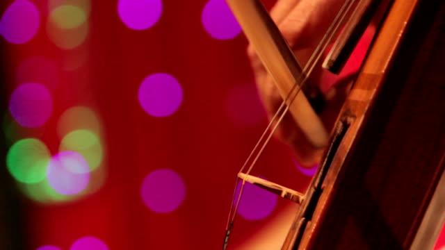stockvideo's en b-roll-footage met indiase musicus spelen snaarinstrument - alleen één mid volwassen man