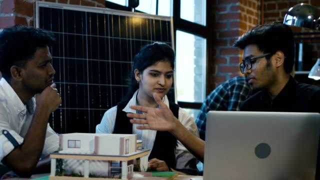 indyjscy studenci współpracujący nad alternatywnymi materiałami - hindus filmów i materiałów b-roll