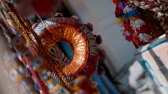 indische traditionelle, bunte nationale souvenirs flattern im wind - stamm stock-videos und b-roll-filmmaterial