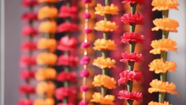 vídeos de stock e filmes b-roll de indian wedding traditional floral decor - cultura indiana