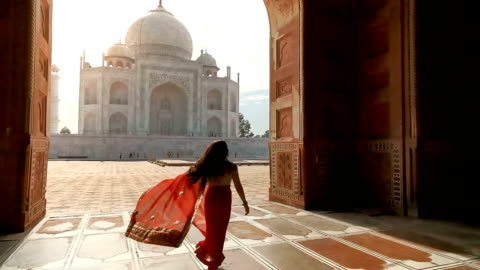 donna indiana in saree/sari rossa nel taj mahal, agra, uttar pradesh, india - culture video stock e b–roll