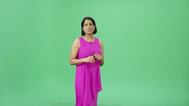 vídeos de stock e filmes b-roll de indian woman presenting weather forecast - weatherman