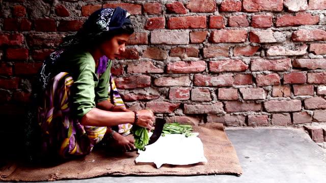 Mujeres indias, cortar vegetales en estilo tradicional - vídeo
