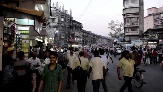Indios en las calles de Mumbai, India. - vídeo