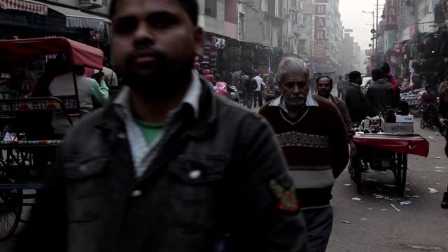 indians on the streets of new delhi, india - 新德里 個影片檔及 b 捲影像