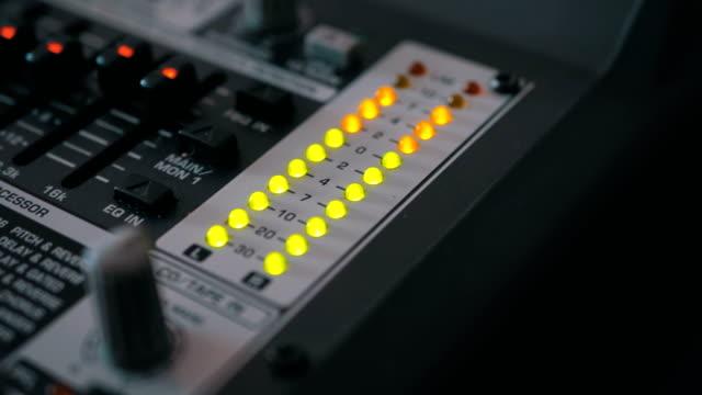 led indicator level signal on the sound mixing console - współzawodnictwo wydarzenia filmów i materiałów b-roll