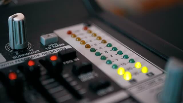 vídeos y material grabado en eventos de stock de señal de nivel de indicador led en el consola de mezcla de sonido - disco audio analógico