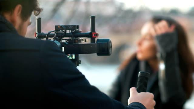 인디 영화 감독 그의 모델 작업 - 영화 촬영 스톡 비디오 및 b-롤 화면