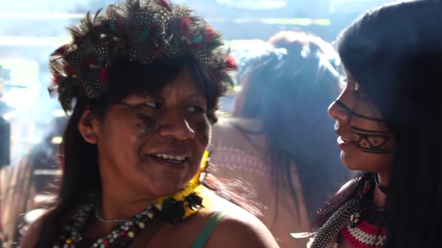 indigenous brazilian mother and daughter portrait, from tupi guarani ethnicity, in a hut - этническая группа стоковые видео и кадры b-roll