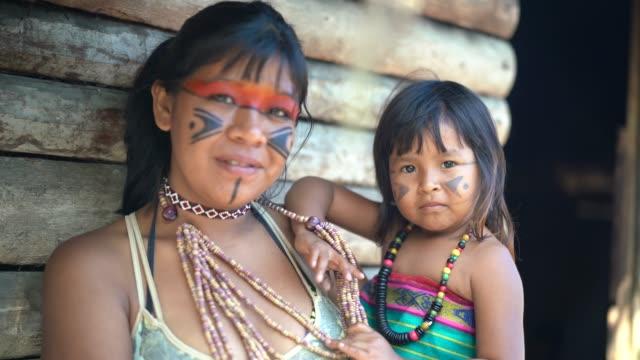 先住民族ブラジル姉妹、トゥピ族グアラニー語民族性からの肖像画 - ブラジル文化点の映像素材/bロール