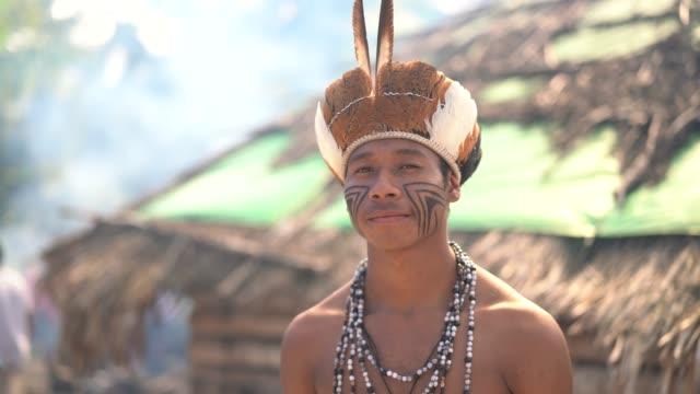 einheimischen jüngling brasilianischen porträt von guarani ethnizität - stamm stock-videos und b-roll-filmmaterial