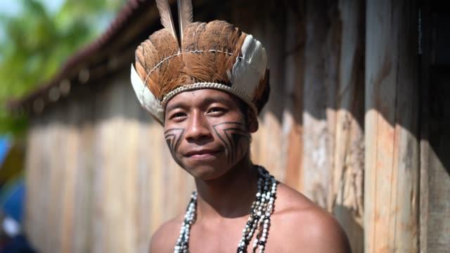 vídeos de stock, filmes e b-roll de indígena brasileira jovem retrato da etnia guarani - brasileiro pardo
