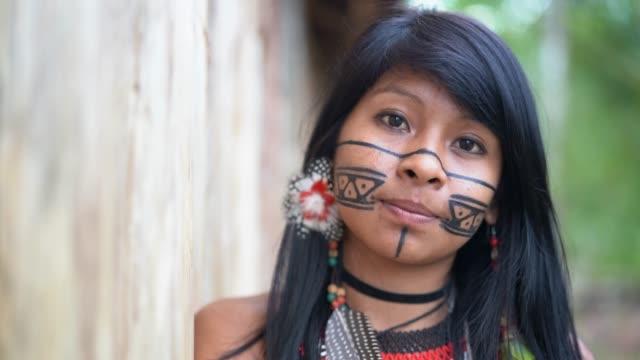 vídeos de stock, filmes e b-roll de mulher jovem brasileira indígena, retrato da etnia guarani - etnia