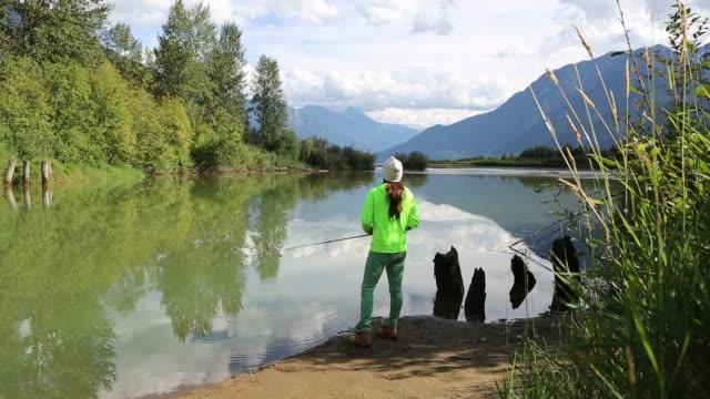 einheimische kanadische frau angeln für lebensmittel - stamm stock-videos und b-roll-filmmaterial