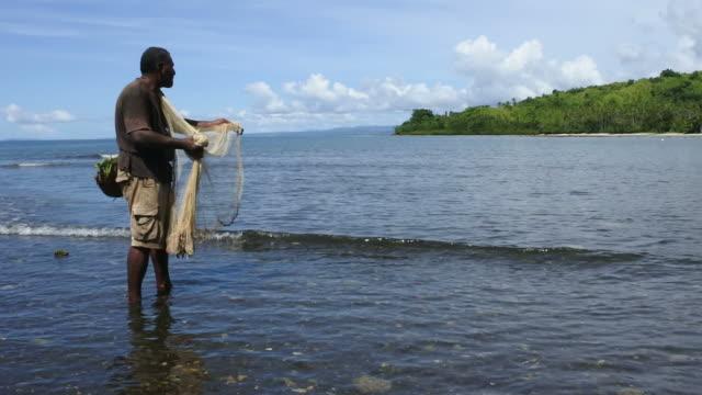 フィジーの漁網で先住民フィジーの漁師釣り - 漁師 外人点の映像素材/bロール