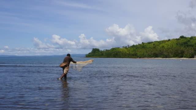 フィジーの漁網と釣りに先住民族のフィジー語漁師 - 漁師 外人点の映像素材/bロール