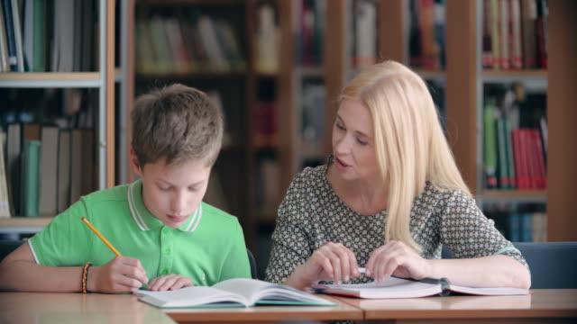 individuelle klasse - nachhilfelehrer stock-videos und b-roll-filmmaterial