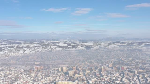 şehir 4k hava görüntüleri üzerinde bireysel ısıtma sis - gazlı bez stok videoları ve detay görüntü çekimi