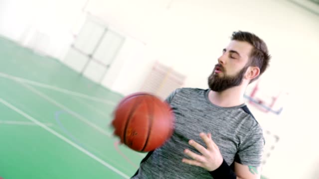 kapalı basketbol oyuncusu - bir orta yetişkin erkek sadece stok videoları ve detay görüntü çekimi