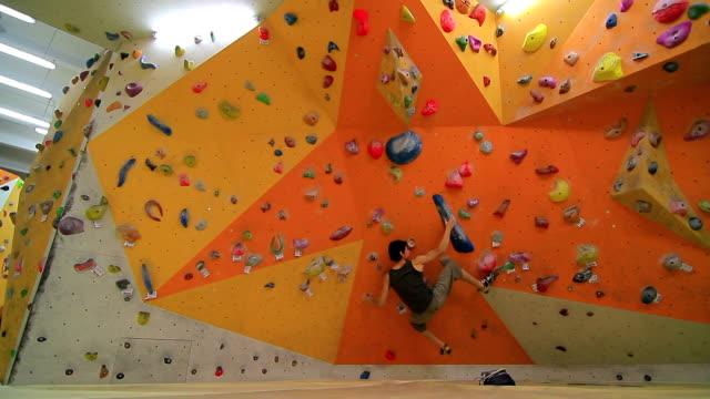 bouldering-innenpool - bouldering stock-videos und b-roll-filmmaterial