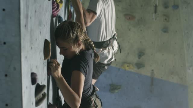 kletterhallen - bouldering stock-videos und b-roll-filmmaterial