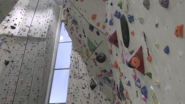 indoor-felskletterwand - bouldering stock-videos und b-roll-filmmaterial