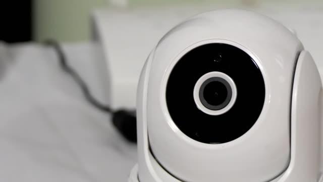 indoor-überwachungskamera - überwachungskamera stock-videos und b-roll-filmmaterial