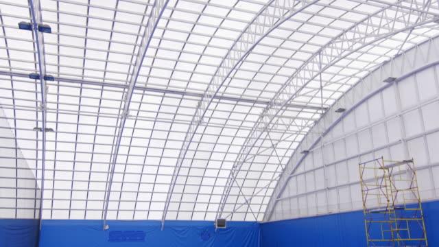 stockvideo's en b-roll-footage met indoor tennisbaan zonder personen - sportartikelen