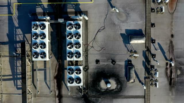 vídeos de stock, filmes e b-roll de ventiladores industriais do condicionador de ar no telhado do edifício - ar condicionado