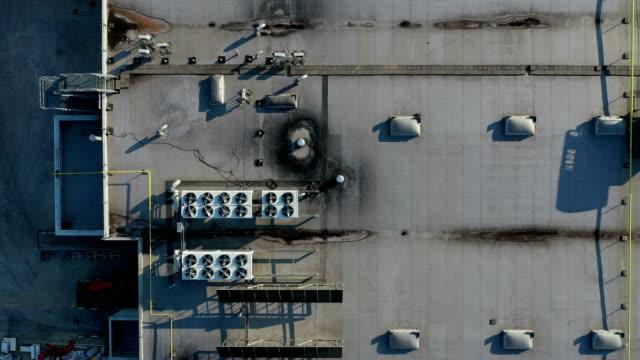 industriella luftkonditionerings fläktar på taket av byggnaden - ventilation bildbanksvideor och videomaterial från bakom kulisserna