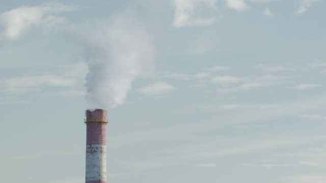 Bидео Industrial Air Pollution. Time Lapse Of Smoking Chimneys Of A Power Plant Polluting The Air