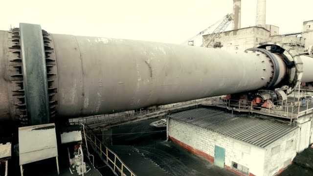 vidéos et rushes de zone industrielle de fonctionnement rotary kiln. vue aérienne de la frappe - four